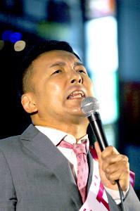 都内で行われた演説で熱弁する山本太郎代表