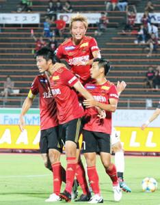 前半終了間際にチーム2点目を決めた垣田裕暉(手前)は仲間に祝福された