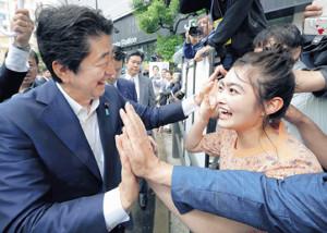 応援演説を終えた安倍晋三首相とハイタッチを交わす井上咲楽