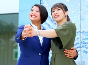 手を取り合って空を見上げる吉田さん(右)と阿部(カメラ・矢口 亨)