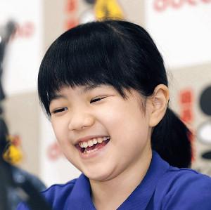 史上最年少の10歳4か月で公式戦初勝利を挙げ、記者会見で笑顔を見せる仲邑菫初段(カメラ・谷口 健二)
