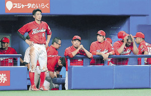 9連敗を喫した広島ナインはベンチでがっくり肩を落とした