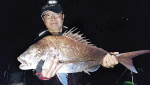 大型マダイを釣り上げた矢野さん