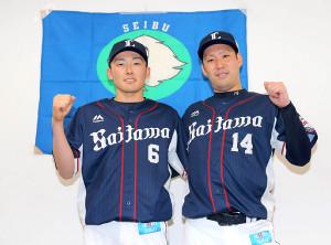 オールスターへの出場が決まり、ガッツポーズする源田壮亮(左)と増田達至