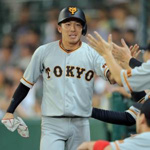 8回1死三塁、代打・中島の遊ゴロで先制のホームを踏んだ代走の増田はベンチのナインにタッチで迎えられる