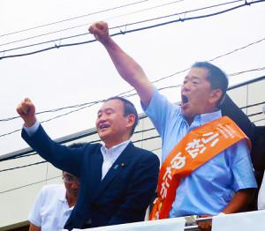 菅義偉氏(左)から応援を受けた小松裕氏