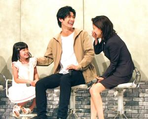 笑顔でトークする(左から)稲垣来泉、三浦春馬、芳根京子