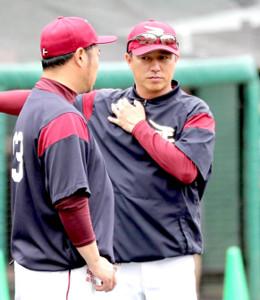 小谷野打撃コーチ(左)と話す平石監督