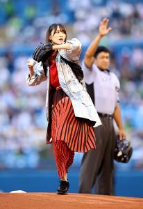始球式で投球した欅坂46の菅井友香