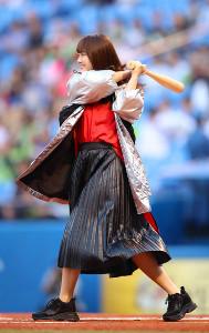 始球式で打席に入った欅坂46の田村保乃