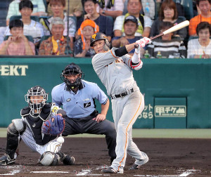 2回2死満塁、中前適時打を放つ坂本勇人(捕手は坂本誠志郎)(カメラ・中島 傑)