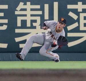 4回1死一塁、マルテのライナーを左翼手・岡本和真が好捕する(カメラ・馬場 秀則)