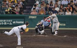 4回無死、右前安打を放つ炭谷銀仁朗(投手は岩崎優、捕手は坂本誠志郎)(カメラ・中島 傑)