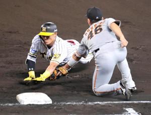 一塁をオーバーランした糸井は右翼手・亀井の送球に帰塁できずタッチアウト