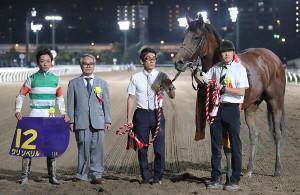 クリソベリルで勝利を挙げた(左から)川田将雅騎手、音無秀孝調教師(カメラ・清水 武)