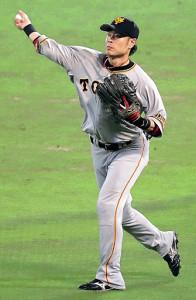 6回無死、糸井の右前安打を前進して捕球し素早く一塁へ送球する亀井