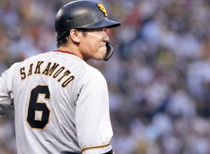 2回2死満塁、2点打を放ち塁上で笑顔を見せる坂本勇(カメラ・馬場 秀則)