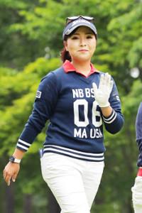 18番ティーショットを打ち終え、笑顔で手を振る青木瀬令奈(カメラ・宮崎 亮太)