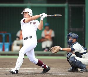 4回1死二、三塁、常総学院・菊田拡和が2点二塁打を放つ