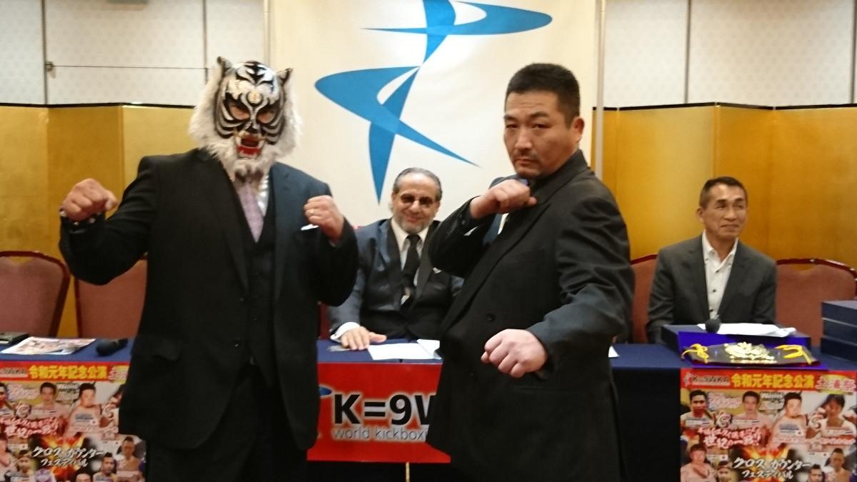 会見で意気込むスーパー・タイガー(左)と倉島信行