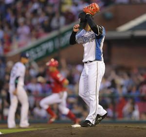 1回、先頭の小園海斗(左)は吉田輝星から右越え本塁打を放つ