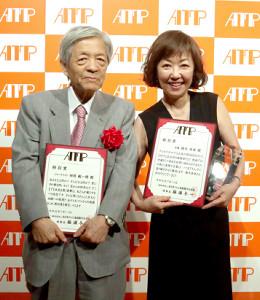 田原総一朗氏(左)と樹木希林さんの代理で出席した浅田美代子