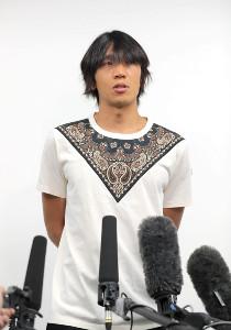 横浜Cに移籍が決まり取材を受ける中村俊輔(カメラ・中島 傑)