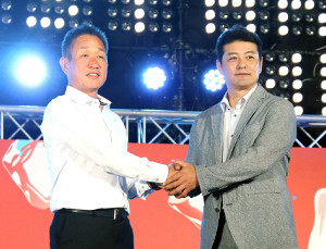 球宴前夜祭イベントでガッチリと握手した全パ・辻監督(左)と全セ・緒方監督