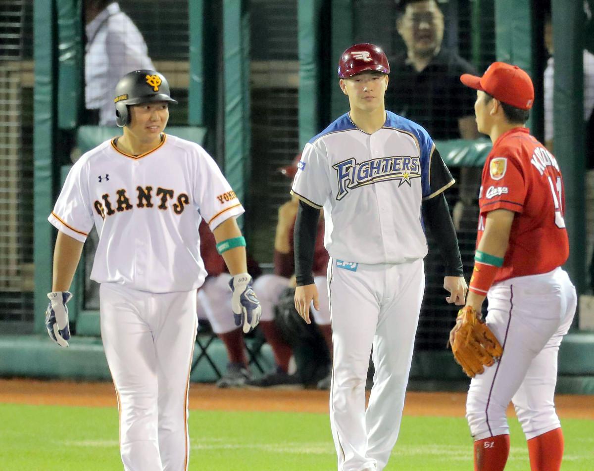 7回、フレッシュ球宴初安打を放った山下航(左、右は三塁コーチを務めた吉田輝)