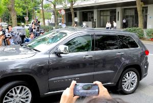 東京地裁に入る田口淳之介被告が乗ったとみられる車