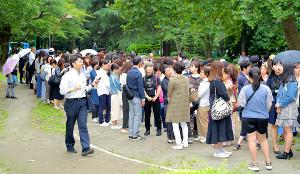 一般傍聴席を求めて、日比谷公園では多くの傍聴希望者が列を作った