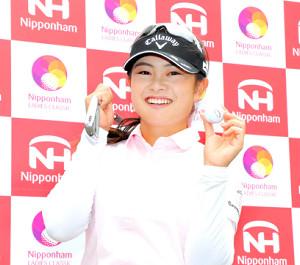 11番でホールインワンを達成し、笑顔を見せる河本結(カメラ・宮崎 亮太)