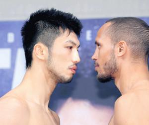 WBAミドル級タイトル 戦の計量を終え、にらみ合う村田諒太(左)と王者のロブ・ブラント(カメラ・石田 順平)