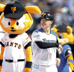 5回、巨人のヘルメットをかぶって一塁コーチを務める吉田輝。ベンチに巨人のものしか用意されていなかったという