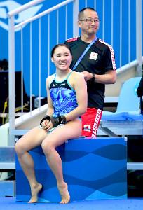 女子高飛び込みに出場する金戸凜は父でコーチを務める恵太さんからケアを受ける(カメラ・竜田 卓)