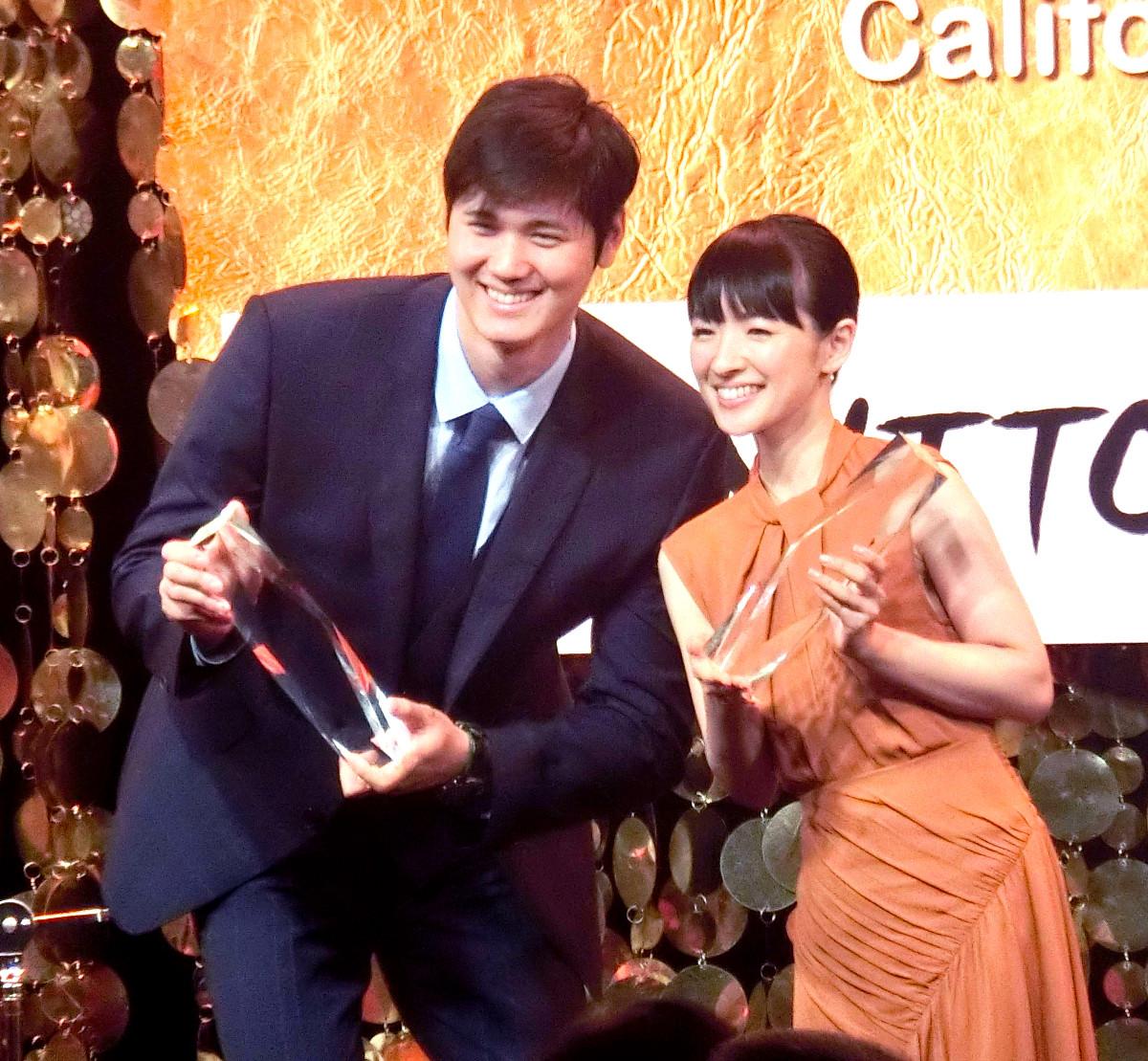 国際市民賞を受賞した大谷と「こんまり」こと近藤麻理恵さん
