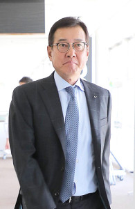 読売新聞東京本社を訪れた原監督は山口オーナーに前半戦を報告