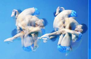 シンクロ男子飛び込みで調整する(左から)寺内健、坂井丞(多重露光で撮影)