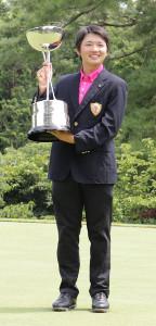 優勝トロフィーを手に笑顔を見せる木村太一