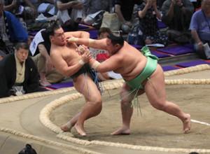 豊昇龍(左)は、木崎海に押し倒しで敗れる