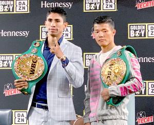 対戦相手のバルガス(左)と写真撮影する亀田和毅(協栄ジム提供)