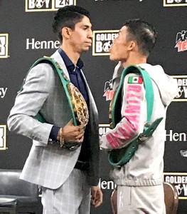 フェースオフで対戦相手のバルガス(左)に舌を出して見せた亀田和毅(協栄ジム提供)