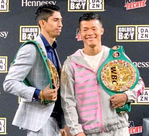 対戦相手のバルガス(左)の「挑発」に笑顔で応じる亀田和毅(協栄ジム提供)