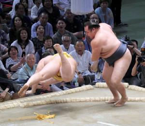 鶴竜(右)は、はたき込みで遠藤を下す