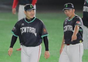 鈴木誠也(右)と話をする丸佳浩(カメラ・相川 和寛)