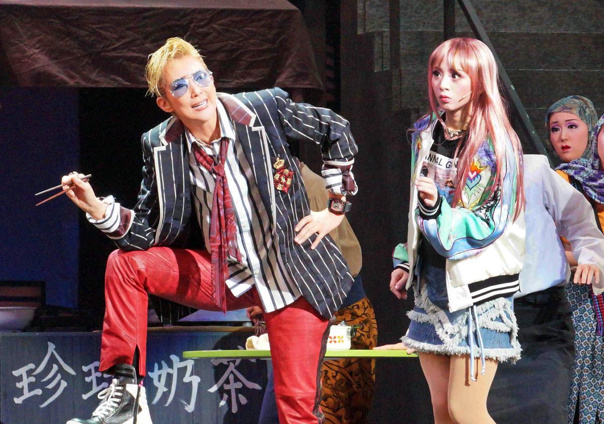 星組公演「GOD OF STARS」の一場面。ホン(紅ゆずる、左)とアイリーン(綺咲愛里)