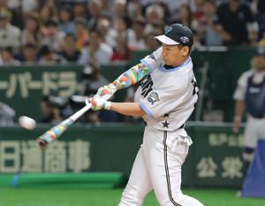 本塁打競争の決勝進出を決めた吉田正(カメラ・中島 傑)