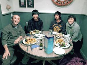 宿泊ホテルのオーナー・野口文男さん(左端)と妻の早百合さん(右端)は吉田圭(左から2人目)と神林(同3人目)を献身的にサポート