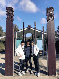 5月上旬に激励に訪れた鈴木主将(中央)。吉田圭(左)も神林も「すごいうれしかった」と振り返った(写真はいずれも青学大陸上部提供)