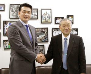 中日・与田監督(左)が名古屋市の球団事務所で白井オーナーにシーズン前半戦の報告を行った